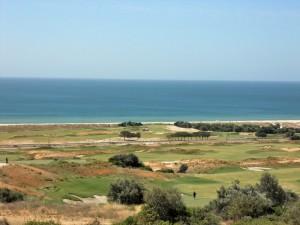 Der weitreichende Blick vom Clubhaus über die in Richtung des Strandes Meia Praia gelegenen Linkslöcher des Praia-Kurses