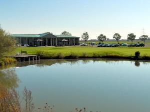 Idylle - hinter dem See das Putting Green und das Clubhaus