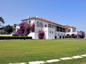 Klassisch und historisch angehauchtes Clubhaus mit seinen drei Terrassen samt schönem Putting Green