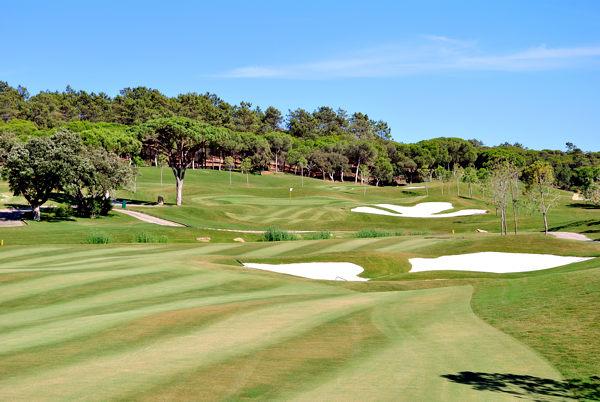 Solche umwerfenden Ausblicke in ruhiger Natur sind wohl nur Golfern vorbehalten. Im Bild: Quinta do Lago Resort (Portugal), Laranjal Golf Course, Bahn 13