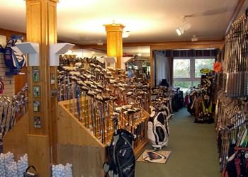 Ein üppig gefüllter Pro Shop in einem süddeutschen Golfclub: Auswahl ohne Ende, kostenlos gibt es aber auch hier nichts.