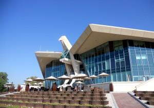 Beeindruckende Erscheinung: Das Clubhaus des Abu Dhabi GC vom Platz her gesehen