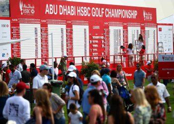 Flinke Volunteers am großen Scoreboard bei der Abu Dhabi Championship 2016 - Foto: Getty Images