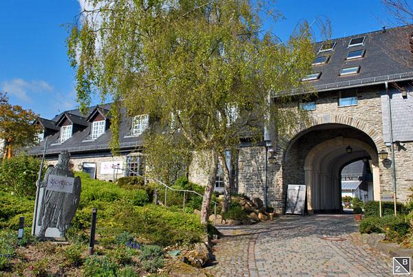 Torbogen zum Innenhof, im linken Trakt das Restaurant Giorgios samt Terrasse