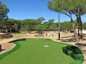 Golfen mit dem Fußball in schöner Umgebung