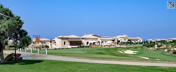 Das schicke Clubhaus des Aphrodite Hills Golf Club macht was her